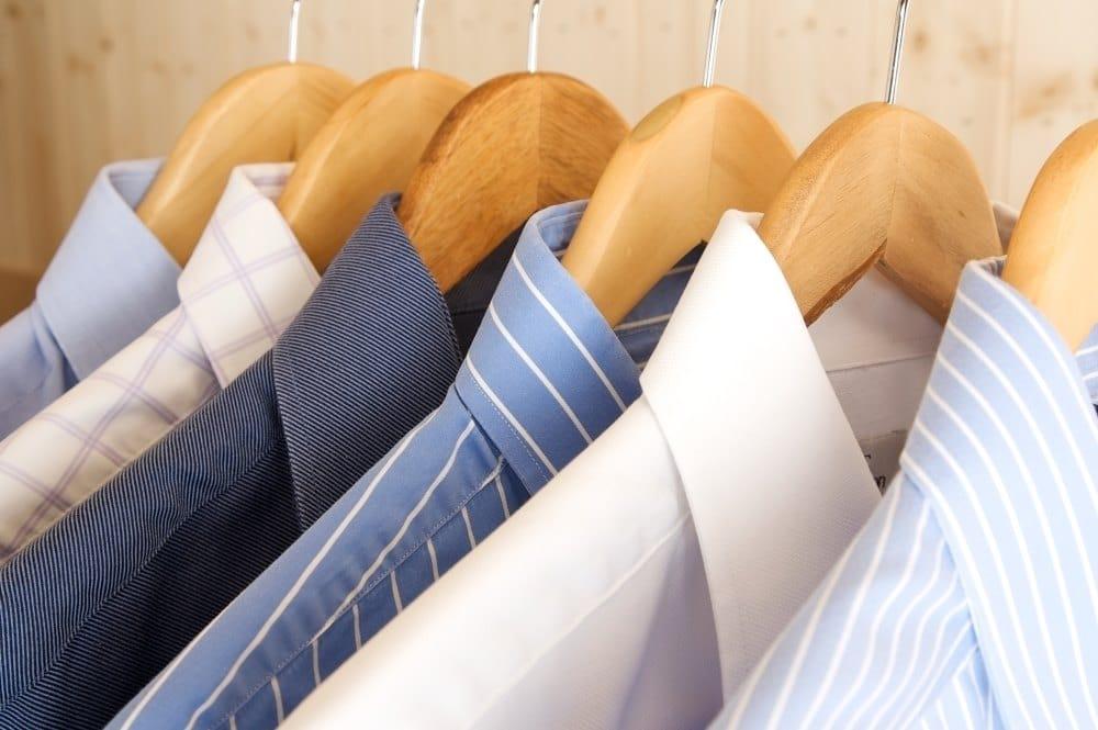 Hemden auf Kleiderbügel aufhängen